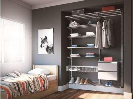 53. O closet aramado é perfeito para quartos de solteiros.