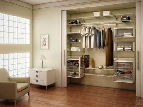 9. Nichos de madeira também são ótimos para organização do closet aramado.