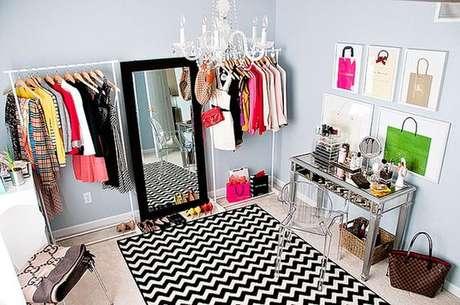 28. Não se esqueça de adicionar um espelho estiloso no closet aramado. Você precisa ver as produções!