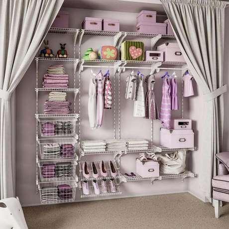 55. A delicadeza do closet aramado infantil ficou por conta das cores delicadas no tom de lilás.