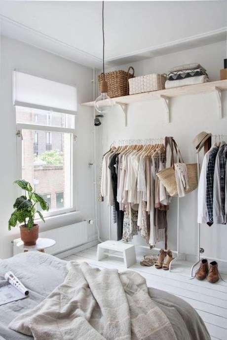 12. Além das araras, o closet aramado teve prateleiras altas para guardar tudo que é mais raro de usar no cotidiano.