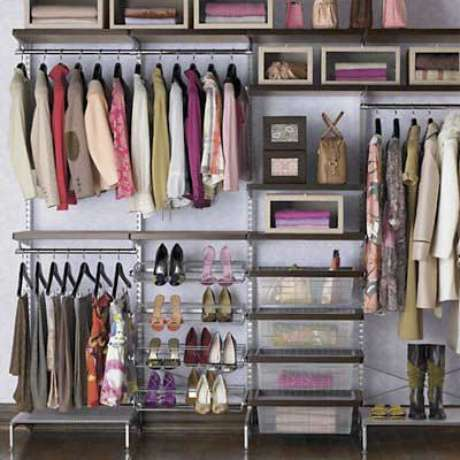 31. Use ao menos uma prateleira para adicionar uma decoração interessante no closet aramado. Fica lindo!