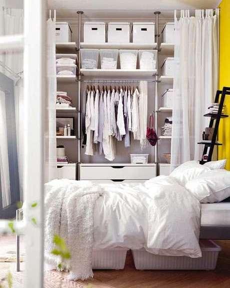 16. A cortina neutra combinou perfeitamente com o closet aramado do quarto branco e amarelo.