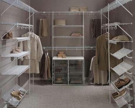 11. Capriche na quantidade de prateleiras para closet aramado e guarde todos os sapatos.