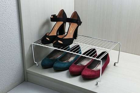 24. Compre prateleiras de closet aramado para manter os sapatos organizados.