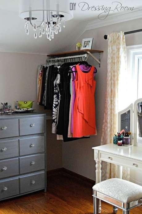 64. O closet aramado pode ser feito até nos lugares mais apertados do quarto.