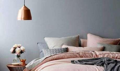15. Use vários travesseiros para deixar o quarto na cor cinza ainda mais aconchegante. – Foto: Pinterest