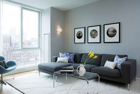 13.A sala de estar na cor cinza pode ficar ainda mais bonita com a iluminação natural da janela. Aposte na sala cinza!- Foto: Pinterest