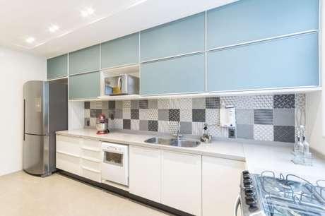 35. Que tal usar um papel de parede na cor cinza na decoração da cozinha planejada? – Foto: Sottile interiores