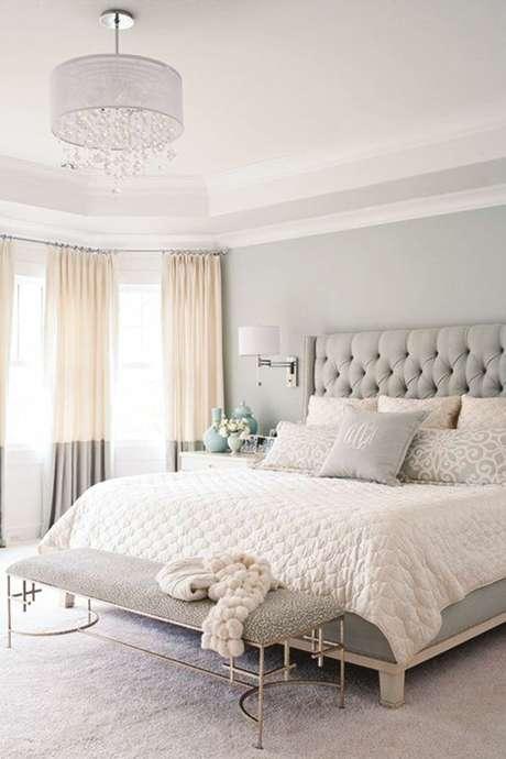 31. Decoração de quarto com cobertor rosa claro e cabeceira cinza. – Foto: Pinterest