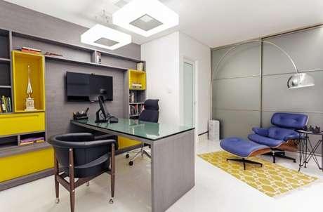 37. Esse escritório na cor cinza com o azul e amarelo ficou ainda mais alegre. – Foto: Meire Santos
