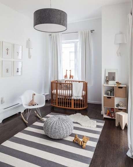 10. Decoração de quarto de bebê cinza com brinquedos e pelúcias pelo quarto. – Foto: Revista VD