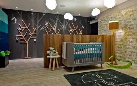 41. Para o quarto do bebê, use a cor cinza chumbo em apenas uma parede, assim dá para equilibrar as cores – Foto: Pinterest
