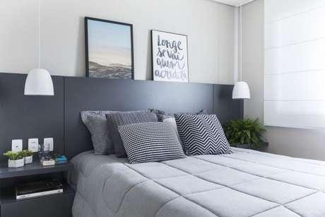 44. A cabeceira da cor cinza proporciona ainda mais modernidade ao ambiente. – Foto: SP Estudio