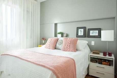 46. A parede da cor cinza equilibrou totalmente o ambiente cor de rosa – Foto: Liliana Zenaro