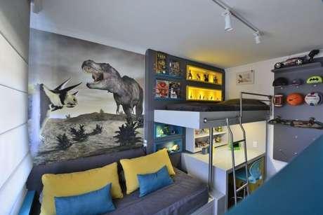56. Quarto infantil de dinossauros na cor cinza ainda mais alegre com as cores azul e amarelo – Foto: BG Arquitetura