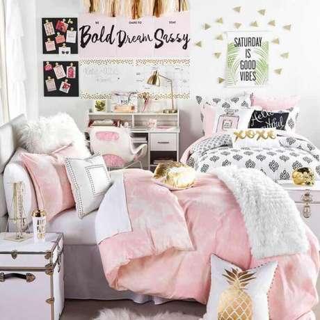 59. Use quadros para decorar o quarto cor cinza. O significado da cor cinza combina perfeitamente com o ambiente – Foto: Pinterest