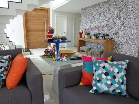 2. Decoração de sala com a cor cinza e detalhes coloridos. Veja o significado da cor cinza – Foto: Sergio Canineo Arquitetura