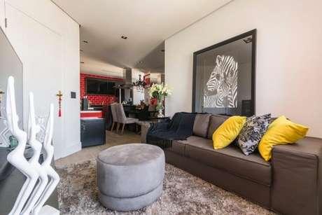 64. Almofadas coloridas são os melhores elementos para deixar a sala confortável e aconchegante – Foto: Ricardo Lopez