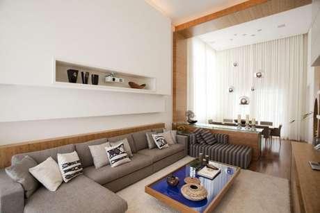 9. Sala com sofá cinza e decoração neutra, uma das cores que combinam com cinza – Foto: Ilarosete