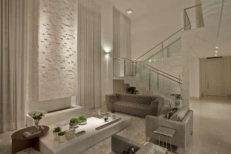 65. Quando a sala estiver muito clara, use um sofá cinza na decoração – Foto: Guardini Stancati