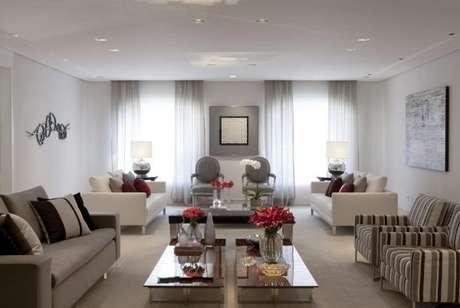 8. Decoração de sala na cor cinza com detalhes da decoração em vermelho. Linda sala cinza, né? – Foto: Marcelo Rosset