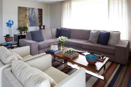 69. Para ter uma sala sofisticada, use o azul com a cor cinza – Foto: Patricia Covolo