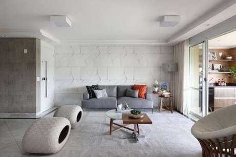 70. A almofada laranja fez toda diferença na decoração clean na sala com sofá cinza – Foto: Bianchi Lima