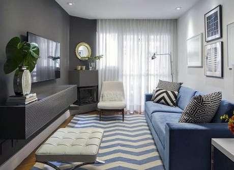 32. O sofá azul fez toda diferença na decoração da sala, contrastando com a parede cor cinza – Foto:Chevron