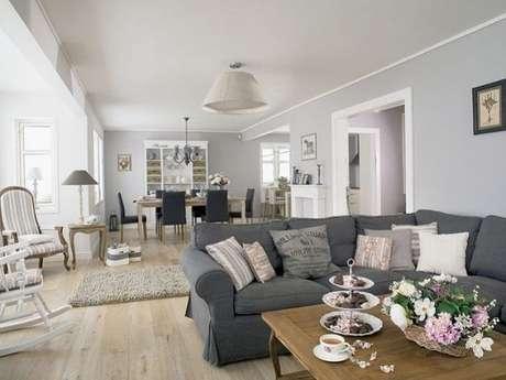 71. Um vaso de flores para alegrar a decoração da sala na cor cinza. Linda sala com sofá cinza, não acha? – Foto: Pinterest