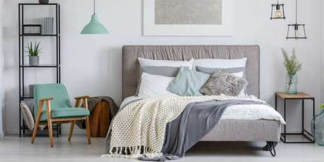 12. Decoração de quarto de casa na cor cinza com poltrona e detalhes em verde água – Foto: Pinterest