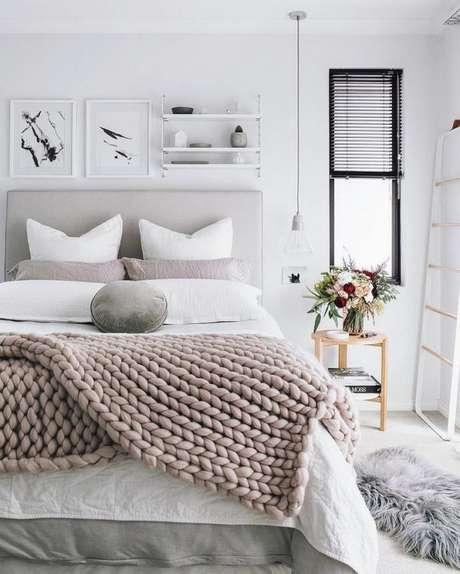 27. A manta deixou o quarto na cor cinza ainda mais aconchegante. – Foto: Pinterest
