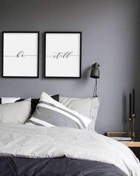 33. Quarto com decoração em tons de cinza chumbo e cinza claro para casal – Foto: Etsy