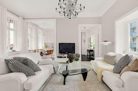 21. A cor cinza claro foi escolhida para a sala de estar em tons claros e agradáveis. – Foto: Pinterest