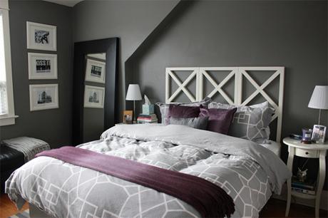 23. O quarto ficou ainda mais fashion com a cor cinza e a manta com almofadas roxas. – Foto: Casinha arrumada