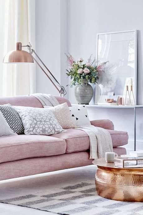 19. Paredes na cor cinza e sofá cor de rosa para uma decoração delicada da sala cinza – Foto: Pinterest