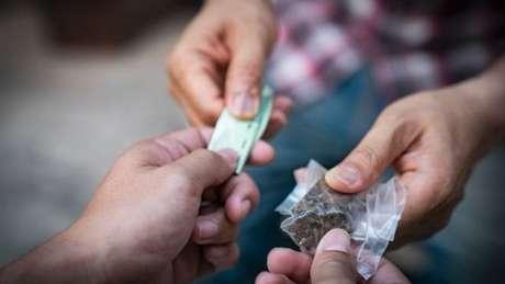 """A pesquisadora defende que pessoas que estão na cadeia por crimes não violentos sejam mantidas foram do sistema. """"A maioria dos presos por drogas estão presos por uso ou venda, não tem nada a ver com violência."""""""