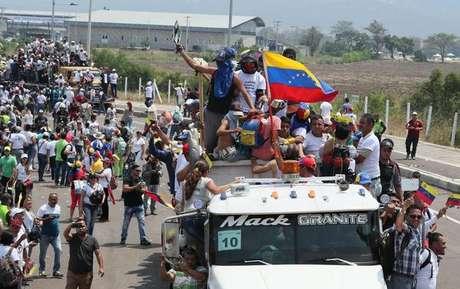 Venezuelanos em Cúcuta, na Colômbia, tentam cruzar fronteira com ajuda humanitária, em 23 de fevereiro