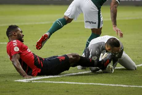 O goleiro Weverton, do Palmeiras, é atingido no rosto por Nikão, do Athletico Paranaense, em partida válida pela 8ª rodada do Campeonato Brasileiro 2019, no Allianz Parque, em São Paulo, neste sábado, 26.