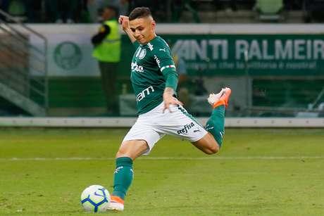 Raphael Veiga, do Palmeiras, cobra pênalti para marcar gol na partida contra o Athletico Paranaense válida pela 8ª rodada do Campeonato Brasileiro 2019, no Allianz Parque, em São Paulo, neste sábado, 26.