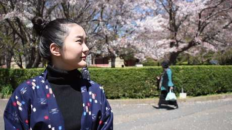 Filha de brasileiros nascida no Japão, Ayane tornou-se artista performática