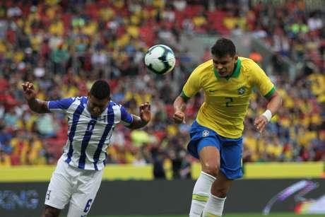 Thiago Silva, do Brasil, cabeceia para marcar gol durante amistoso contra Honduras, no Estádio Beira-Rio, em Porto Alegre (RS), na tarde deste domingo, 9 de junho de 2019.
