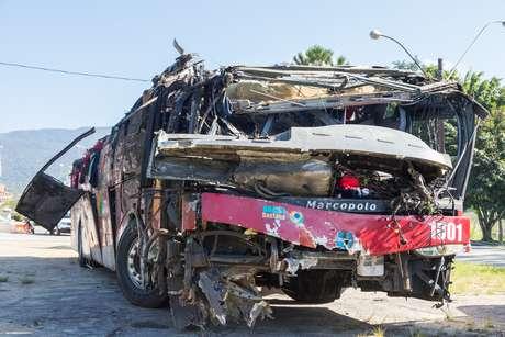Vista do ônibus que se envolveu em acidente e deixou 10 mortos e 51 feridos, na manhã desta segunda-feira (10), na rodovia Floriano Rodrigues Pinheiro, em Campos do Jordão (SP). Os feridos foram levados para hospitais de Pindamonhangaba, Taubaté e Campos do Jordão. Segundo as informações iniciais da polícia, o ônibus teria perdido o freio e batido em dois veículos na descida da serra em direção ao Vale do Paraíba na noite deste domingo (9).
