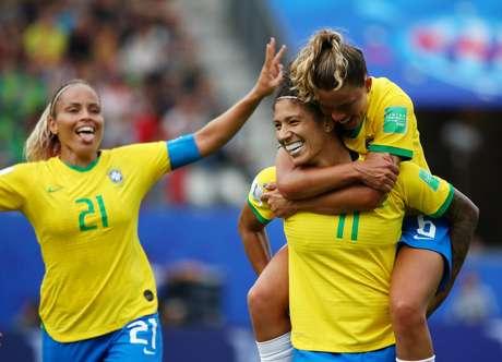 Cristiane, Mônica e Tamires comemoram gol da centroavante na vitória por 3 a 0 sobre a Jamaica, na partida de estreia da Seleção na Copa do Mundo