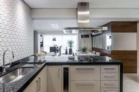 12. A cozinha em L pode fazer toda a diferença em um ambiente integrado. Fonte: Revestis