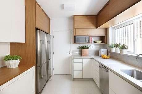 35. Aproveite todos os espaços do cômodo planejando uma cozinha em l. Projeto de Next Arquitetura