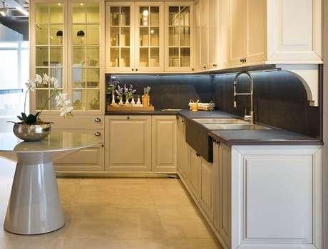 36. Armário de cozinha em l com mesa de cone e piso de porcelanato. Projeto de Consentino