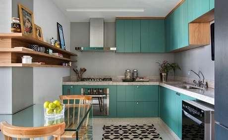 7. Armário de cozinha em L planejada em tons de azul turquesa. Fonte: Pinterest
