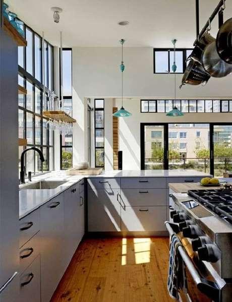 9. Cozinha em l com bancada em tons de azul. Fonte: Limão na Água