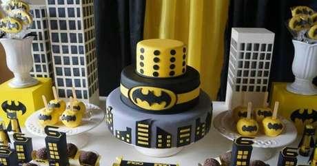 8. Bolo decorado para festa de aniversário do Batman – Foto: Dale Detalhes